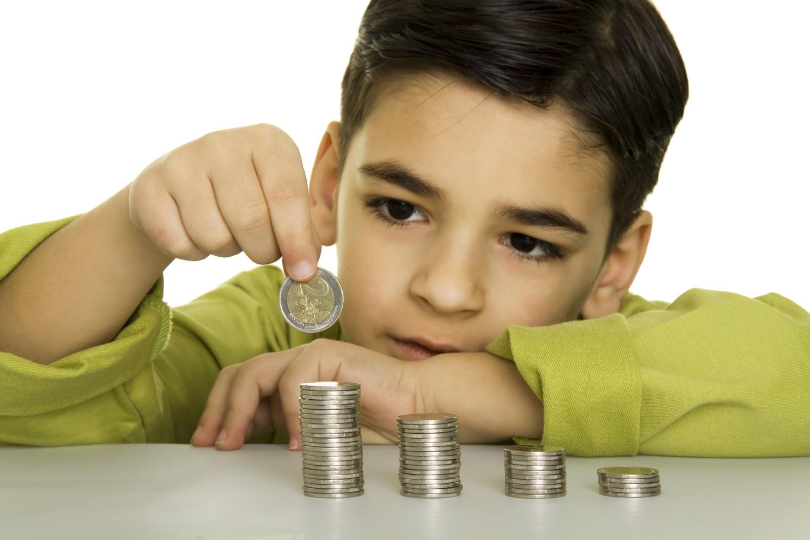 Chlapeček rovná sloupce z mincí